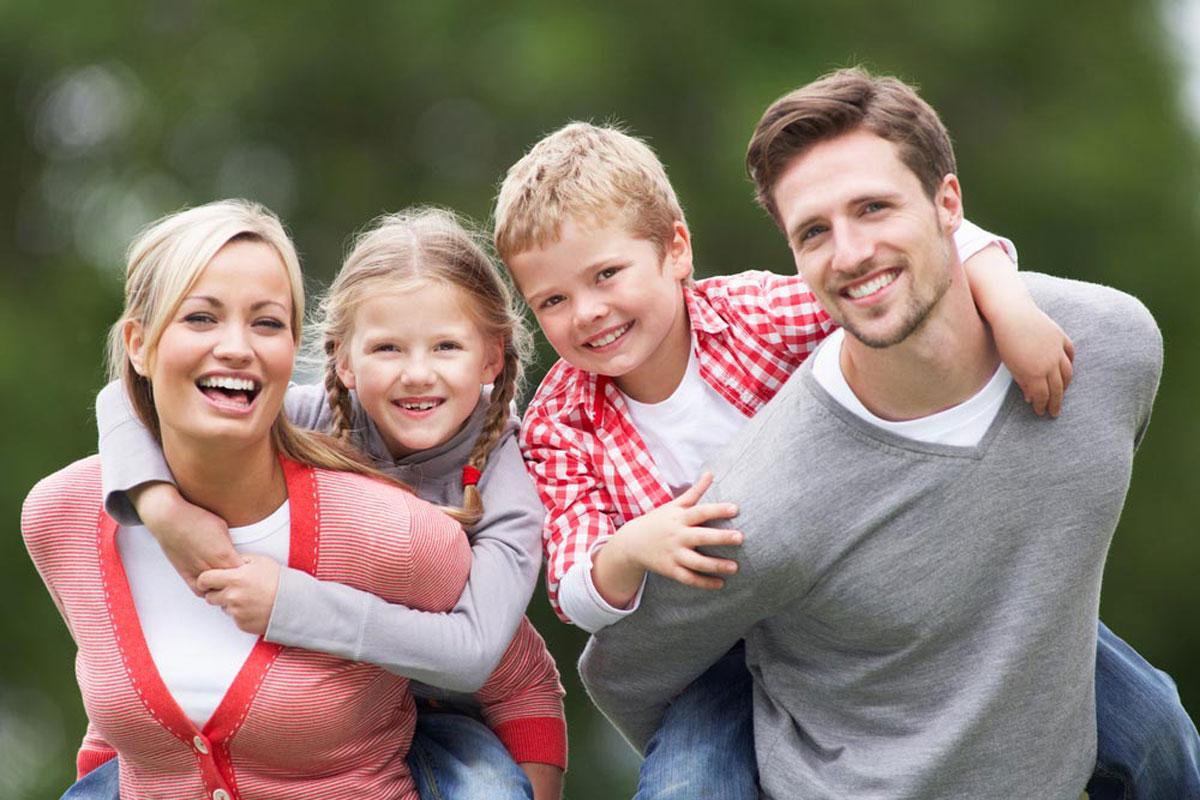 Fotografía de retrato familiar feliz con tema rojo y gris