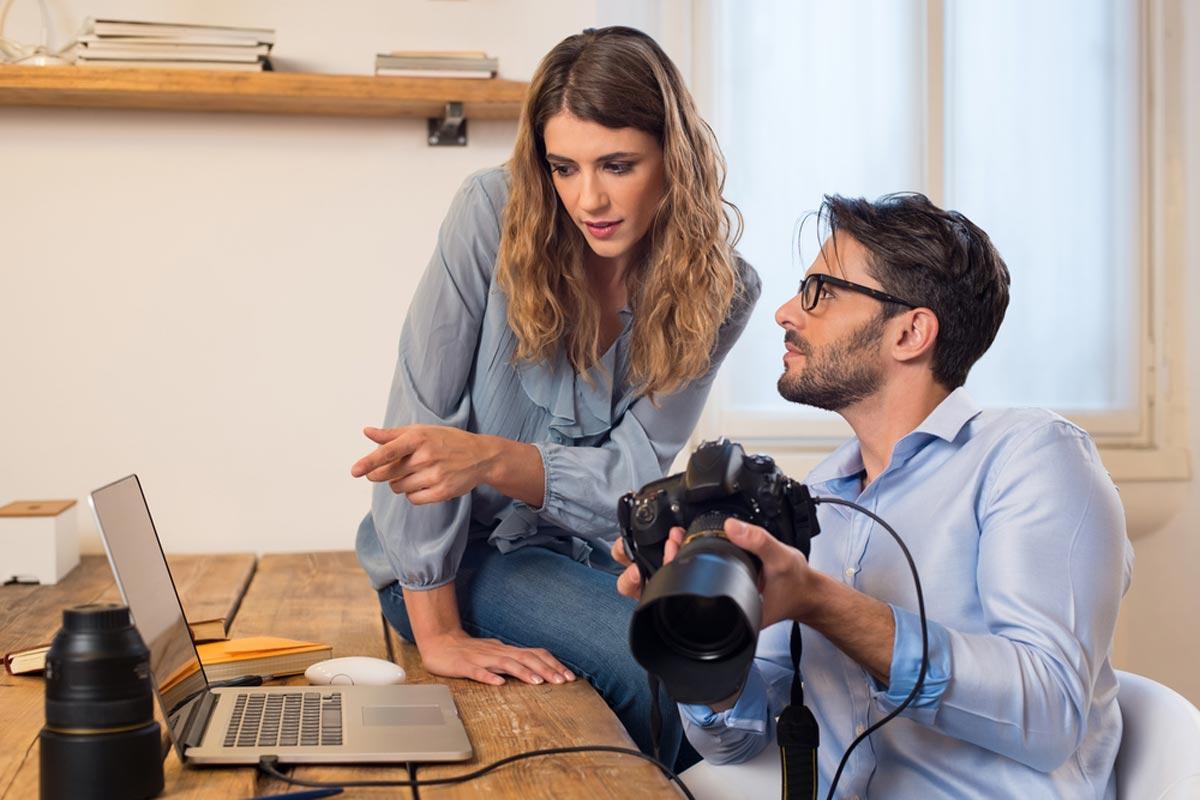 Equipo de fotografía editando fotos en el estudio