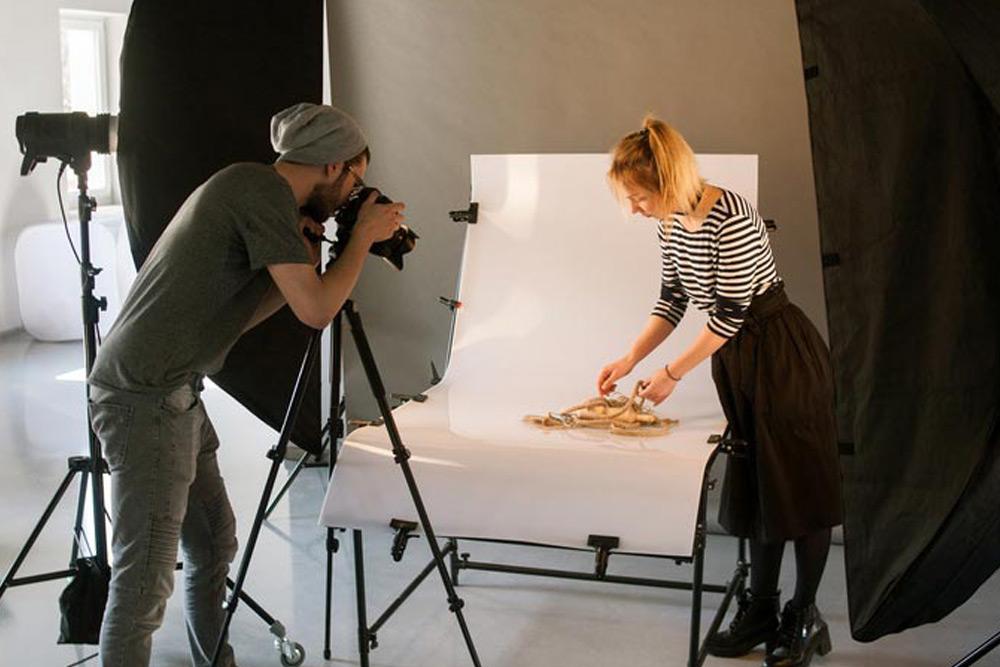 Fotógrafo profesional tomando fotos de un producto para un sitio web