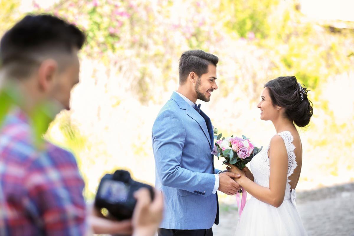 Lista de precios:  Fotógrafo de bodas Captura de la novia y el novio sonriendo